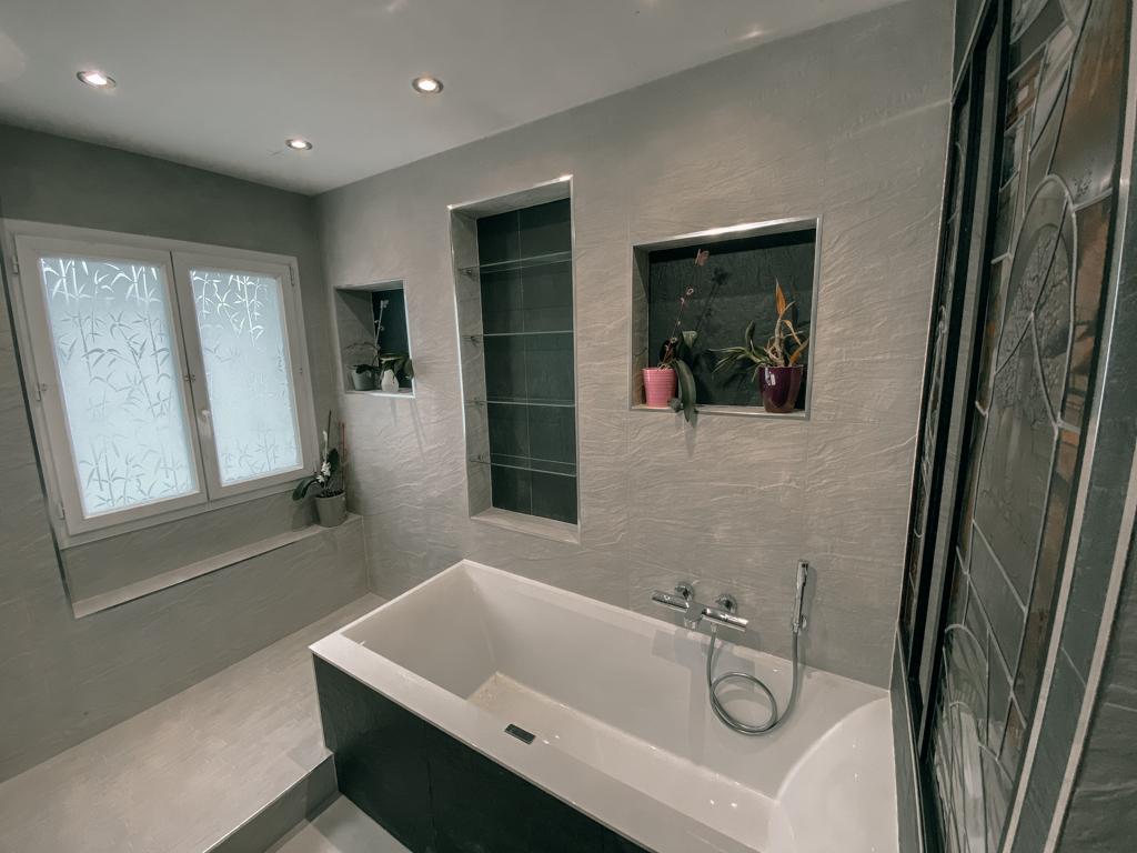 Salle de bain avec niches ou alcôves au dessus de la baignoire - Faïences beige et gris anthracite - Essone - 91 - Ile de france