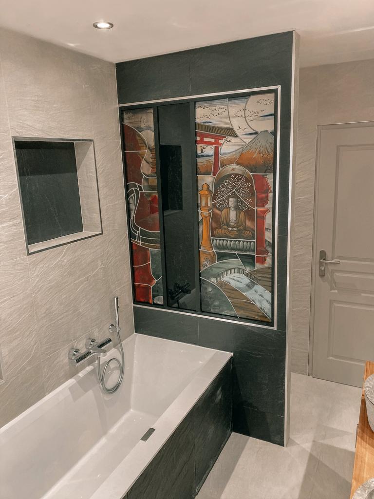 Salle de bain bois et pierre, Niches ou alcôves au dessus de la baignoire - Faïences beige et gris anthracite - Essone - 91 - Ile de france