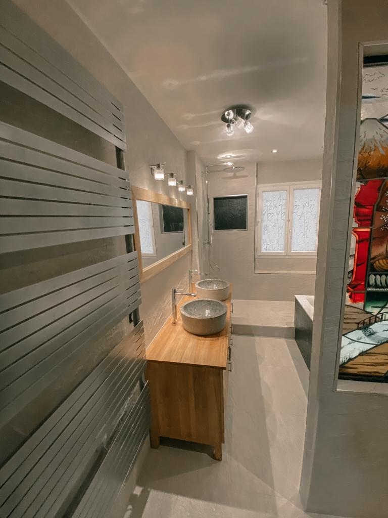 Salle de bains bois et Pierres naturelle - Verrière avec Vitrail intégré - WC Suspendu Essone - 91 - Ile de france