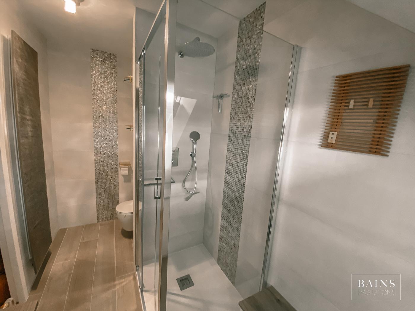 Salle d'eau 91 Rénovée Bois / Blanc et touches OR