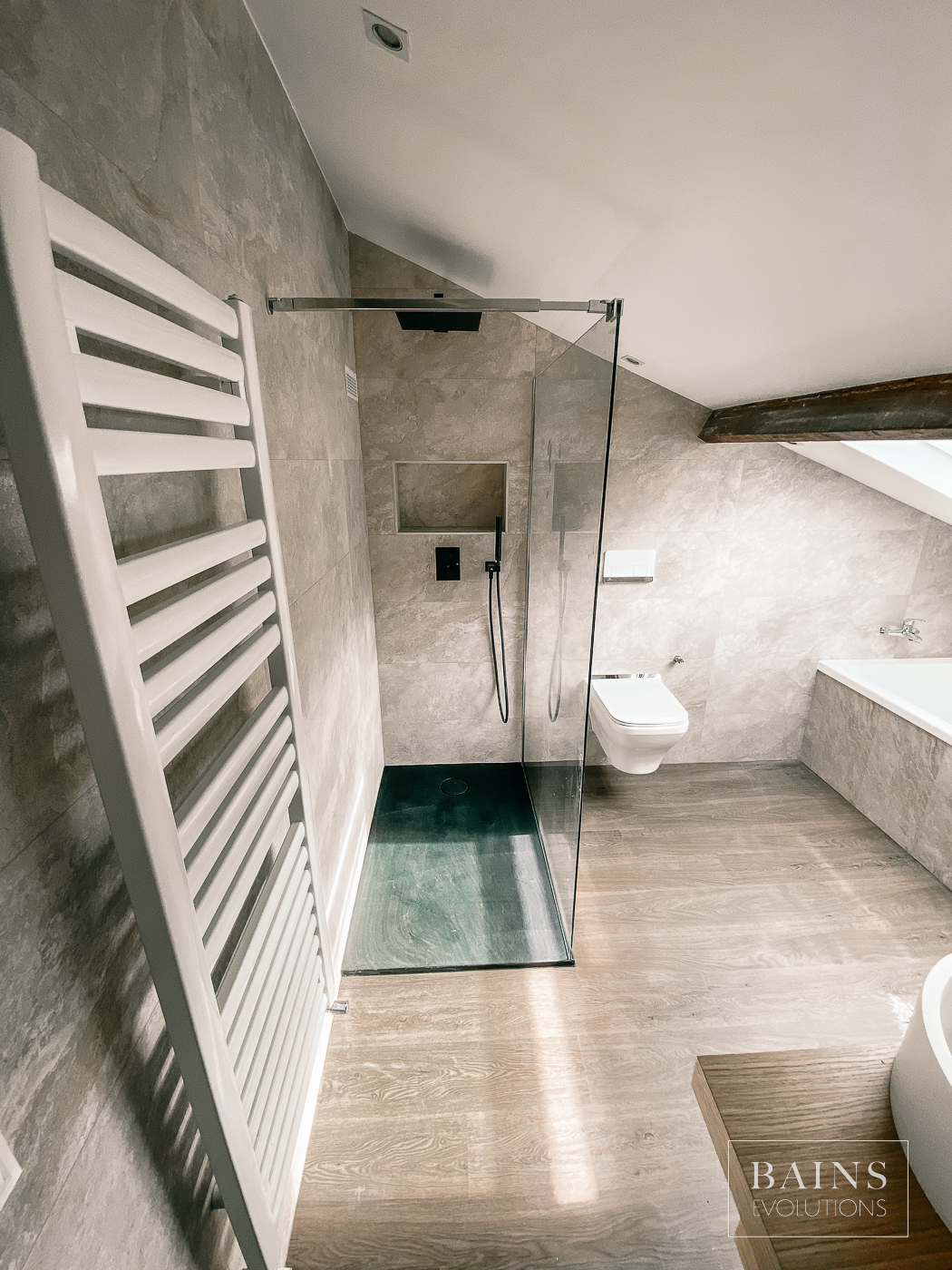 Salle-de-bain 91 - Rénovation - Sols Céramique bois - Murs céramique pierre grise claire