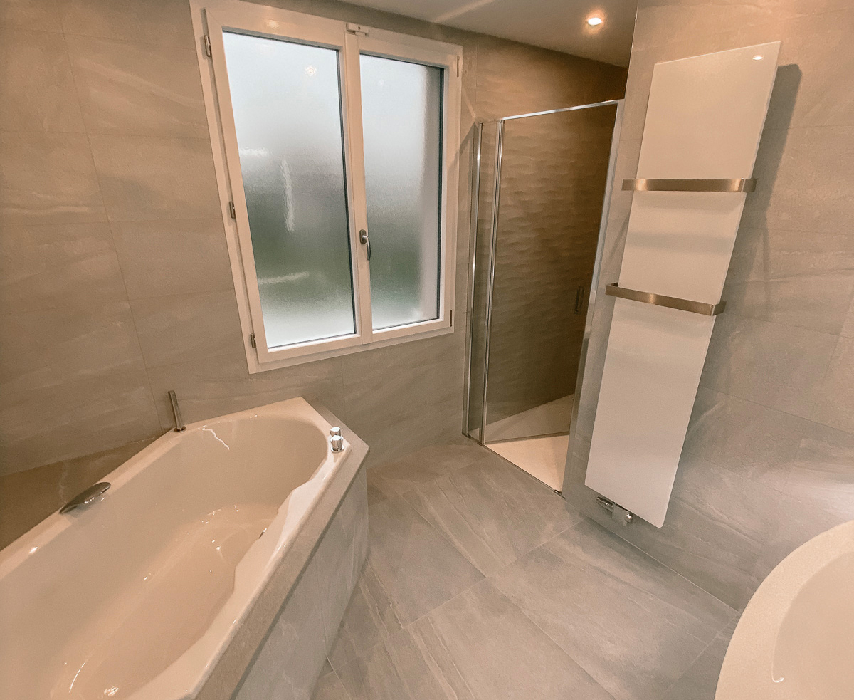 Salle de bains et douche grise et blanche