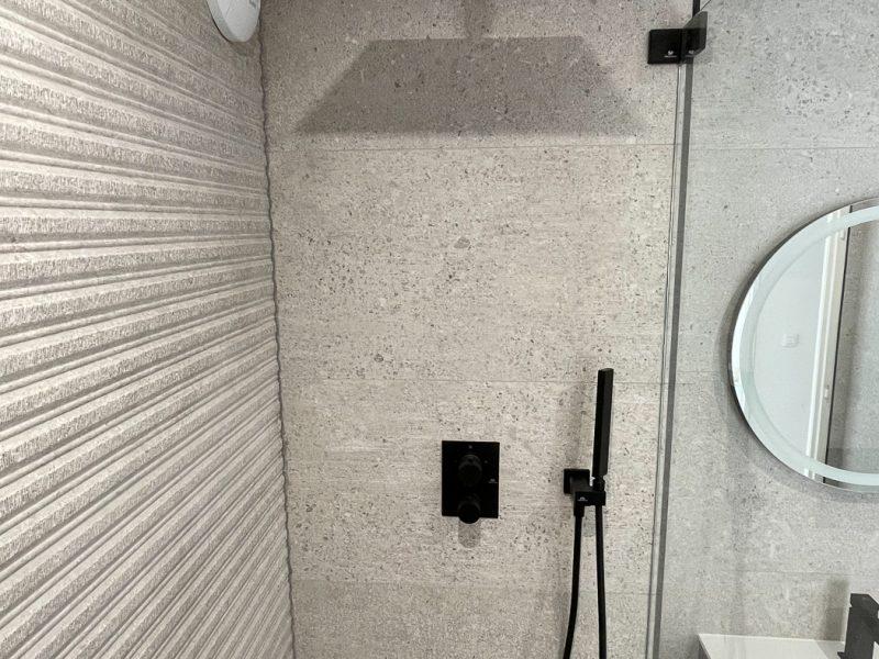 Rénovation Salle de bains en Essonne (91) - Faience effet béton et robinetterie noire matte & ciel de pluie
